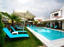 住所现代房子游泳池 免版税图库摄影