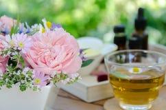 Розовые цветки и чай для обработки ароматерапии Стоковые Фото