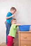 дети сини тазика Стоковое Изображение