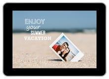 年轻夫妇立即照片在海滩的 库存图片