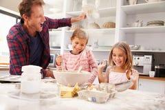 与孩子的父亲烘烤 免版税图库摄影