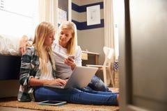 一起花费时间的母亲和女儿在家 免版税库存照片