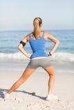 Несите взгляд женщины пригонки протягивая ее ногу Стоковое Изображение RF