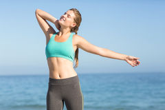 Красивая женщина пригонки протягивая ее шею Стоковое Фото