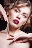 魅力美好的性感的时髦的白肤金发的白种人少妇模型特写镜头画象与明亮的构成的,与红色 库存照片