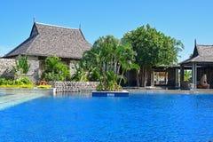 建筑上在旅馆的一个大游泳池的旁边有趣的房子依靠 免版税库存照片