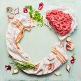 Κρέας δύναμης και φρέσκα συστατικά για το μαγείρεμα στο ανοικτό μπλε ξύλινο υπόβαθρο, πλαίσιο κύκλων Στοκ φωτογραφία με δικαίωμα ελεύθερης χρήσης