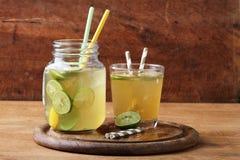 冷的从石灰和蜂蜜的金软饮料 免版税库存图片