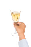 递拿着在水晶玻璃的白葡萄酒并且准备敬酒 图库摄影