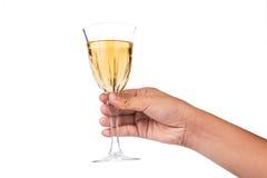 递拿着在水晶玻璃的白葡萄酒并且准备敬酒 免版税图库摄影