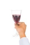 递拿着在水晶玻璃的红葡萄酒准备好敬酒 库存图片