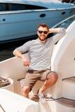 在他的游艇的愉快的时间 图库摄影