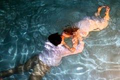 新娘和新郎水下的亲吻 免版税库存图片