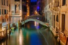 夜侧向运河和桥梁在威尼斯,意大利 免版税库存照片