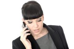Расслабленная профессиональная бизнес-леди говоря на сотовом телефоне Стоковые Фотографии RF