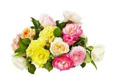 在白色背景的桃红色,黄色和白玫瑰花束 免版税库存照片