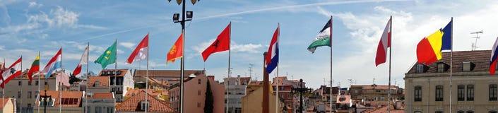 在葡萄牙城市地平线前面的国际旗子 免版税图库摄影