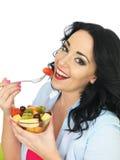 Υγιής νέα φρέσκια αντιμέτωπη γυναίκα που τρώει μια ζωηρόχρωμη εξωτική σαλάτα νωπών καρπών Στοκ φωτογραφίες με δικαίωμα ελεύθερης χρήσης