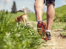 一个人的腿的特写镜头图象在山步行期间的 免版税库存图片