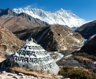 登上洛子峰和佛教标志 免版税库存照片