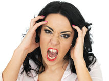 呼喊一名恼怒的沮丧的年轻西班牙的妇女的画象尖叫和 免版税库存照片