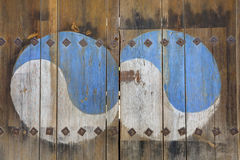 在木门绘的嬴杨标志 免版税图库摄影