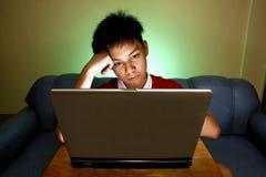Предназначенный для подростков используя портативный компьютер Стоковые Изображения