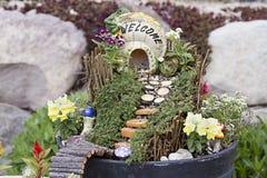 户外花盆的神仙的庭院 免版税库存图片