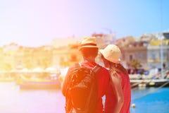 看地图的旅游夫妇,当旅行时 免版税库存图片