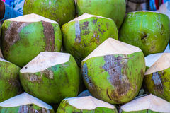 新鲜的未加工的椰子在市场上 免版税库存照片