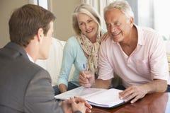 与财政顾问的资深夫妇会谈在家 免版税图库摄影
