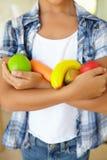 Νέο κορίτσι που κρατά τα πλαστικά φρούτα και λαχανικά Στοκ Εικόνες