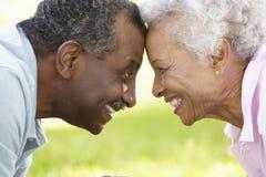 浪漫资深非裔美国人的夫妇画象在公园 免版税库存照片