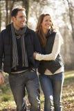 在浪漫步行的夫妇在冬天 免版税库存照片