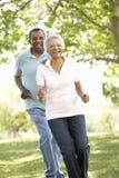 跑在公园的资深非裔美国人的夫妇 免版税库存照片