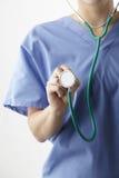有听诊器播种的演播室射击的女性医生 免版税库存图片