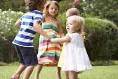 一起使用小组的孩子户外 免版税图库摄影