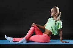 从事的健身女孩年轻人 免版税库存照片