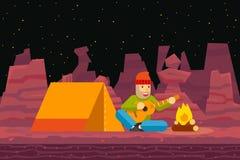 夜阵营帐篷旅客唱并且弹吉他 免版税图库摄影