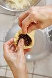 Πλήρωση της ζύμης ψωμιού με τη σοκολάτα Στοκ Εικόνες