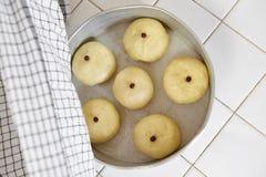 Тесто хлеба на подносе Стоковое Изображение