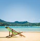 在一个热带海滩的躺椅在夏天 免版税图库摄影