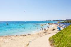 拥挤地中海夏天海滩 库存照片