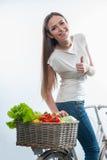Όμορφη υγιής γυναίκα με τα λαχανικά και τα φρούτα Στοκ εικόνες με δικαίωμα ελεύθερης χρήσης