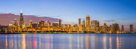 芝加哥街市地平线和密执安湖在晚上 免版税库存照片