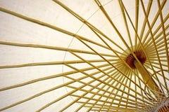 抽象纸伞和伞竹子框架 免版税图库摄影