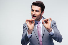 Красивый бизнесмен показывать одобренный знак Стоковые Изображения RF