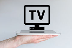 Течь видео и концепция ТВ интернета с умными телефоном или таблеткой Стоковые Фотографии RF