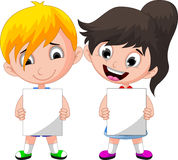 拿着空白的标志的两个逗人喜爱的孩子 库存图片
