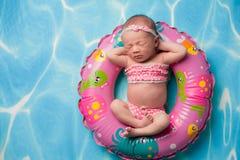 穿桃红色圆点比基尼泳装的新出生的女婴 库存照片